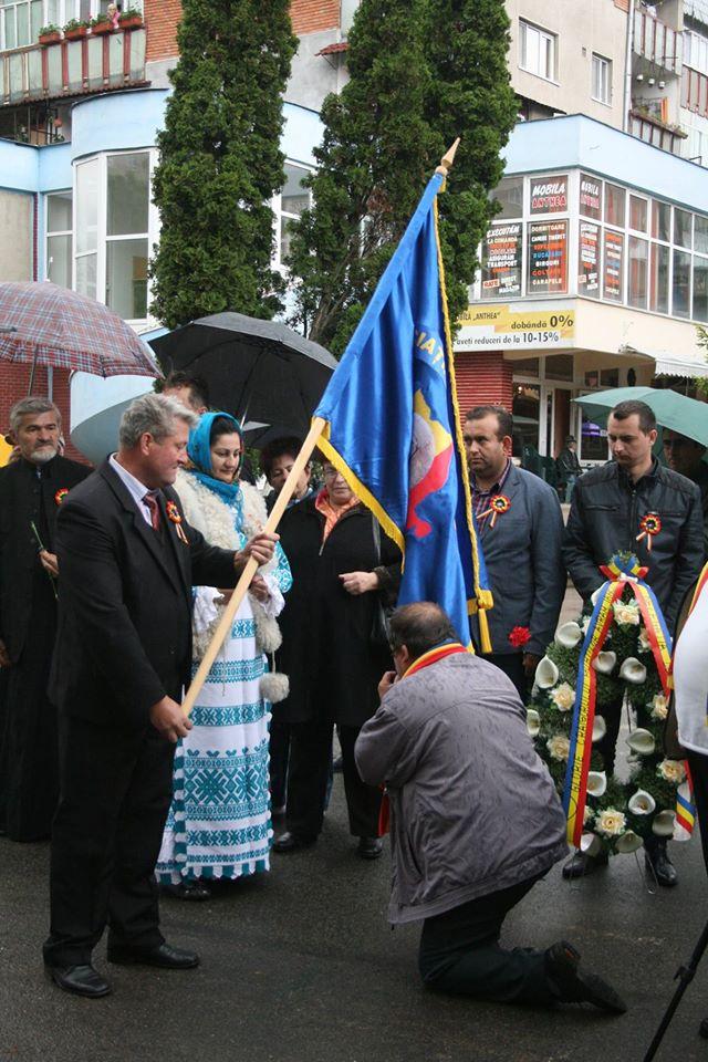 Presedintele, ingenunchiaza si saruta cu respect drapelul...